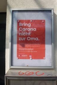 """Frühjahr 2020, Ort: Schaukasten der """"Adler-Apotheke am Wilhelmplatz"""", Nippes, Viersener Straße. Zielgruppe: Passanten (Fußgänger und Radfahrer)"""